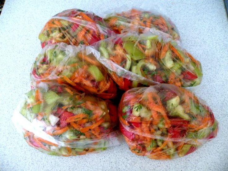 Зимние борщи никогда не бывают ароматными, даже если их готовить с помидорами и перцем. Дело в том, что овощи, которые продаются зимой, не обладают ярким ароматом и вкусом. А ведь можно сделать летние блюда при помощи простой летней заправки. Эта заправка подойдет вам для приготовления борщей, супов и даже вторых блюд. Она универсальна, поэтому можете