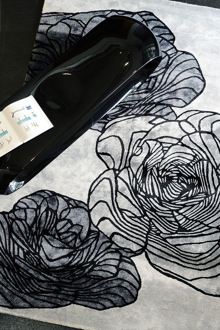 Motif traditionnel de fleur ré-interprété pour le tapis Adam par le traitement numérique de l'ordinateur, la pureté et la dureté graphique pondérées par des aplats de couleurs dissonantes font la qualité et produisent l'émotion particulière de ce tapis.