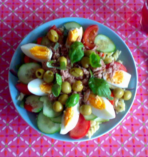 Lekkere maaltijdsalade met tonijn en pasta