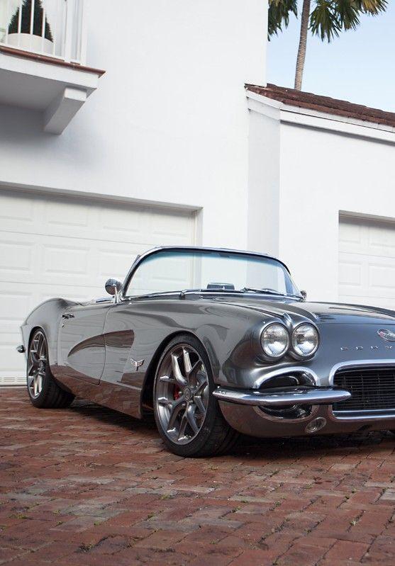 Czy auta klasyczne mogą się równać ze współczesnymi? Chevrolet Corvette C1 to nie jest już młode dziecko tej niesamowitej wytwórni, ale przecież nie zawsze liczy się ten aspekt. Klasyki mają jedną wielką przewagę, bo co prawda nie są najczęściej tak szybkie i dobre w spalaniu czy utrzymaniu ogólnie, to są zwyczajnie… piękne. Ten prestiż, który wynika z posiadania cudeńka tego kalibru jest niewyobrażalny i ciężko go właściwie opisać. #motoryzacja #chev