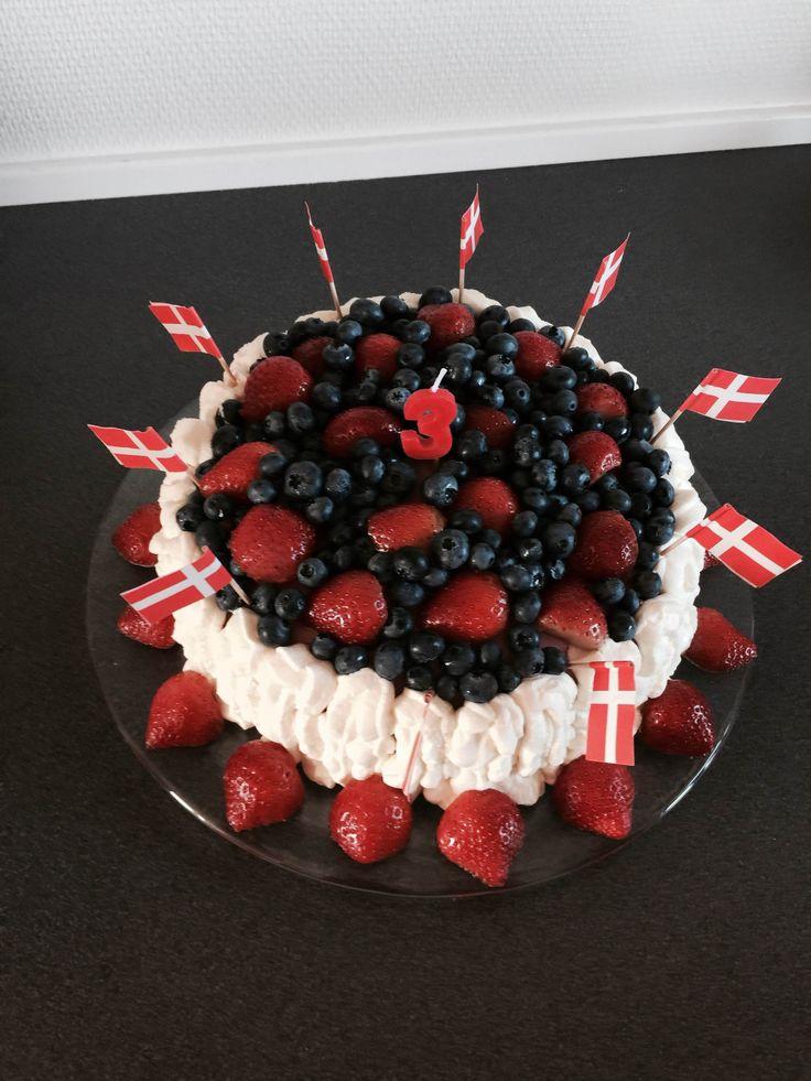 Hjemmelavet fødselsdagskage med blåbær og jordbær