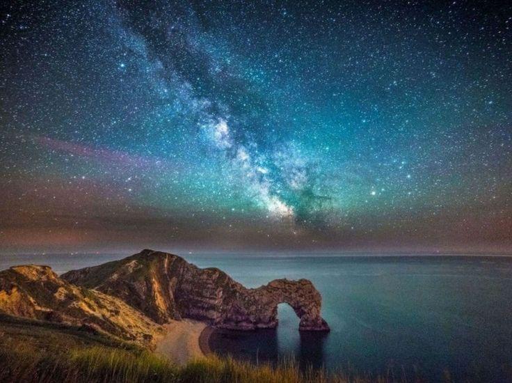 Une curiosité géologique de notre planète rencontre l'immensité. Précisément, la Durdle Door, arche rocheuse située sur le littoral du Dorset, en Angleterre, est ici vue sous la Voie lactée, parfaitement visible sur cette photo. Cette sublime rencontre a été immortalisée par le jeune photographe Stephen Banks. (CATERS NEWS AGENCY/SIPA)