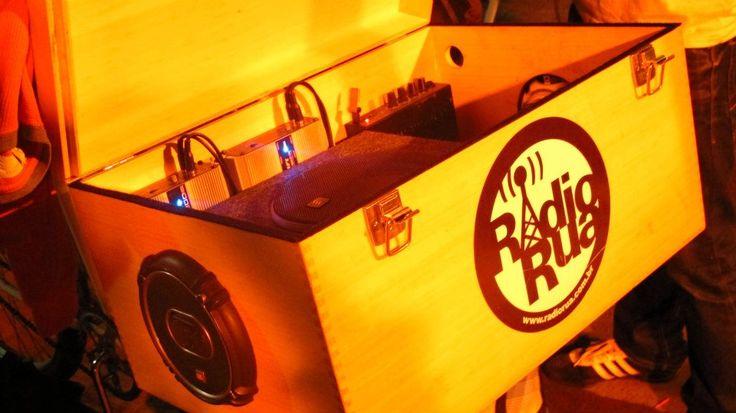 """Uma nova rádio anda circulando pelas ruas do Rio. No bagageiro de uma bicicleta, a RádioBike transmite, do Centro ao Arpoador, a programação da Rádio Rua, rádio web voltada para músicos independentes, e divulga eventos culturais que acontecem pela cidade. Pilotando o aparato sonoro, que é conectado à internet, revezam-se músicos e DJs. Aos fins...<br /><a class=""""more-link"""" href=""""https://catracalivre.com.br/geral/agenda/indicacao/uma-bicicleta-espalha-boa-musica-pela-cidade/"""">Continue lendo…"""