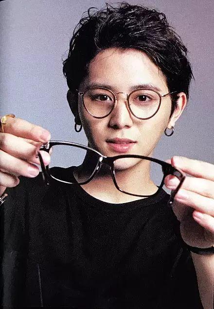 山田涼介 - That one looks like my glasses! He's helping me wearing it? ❤❤-