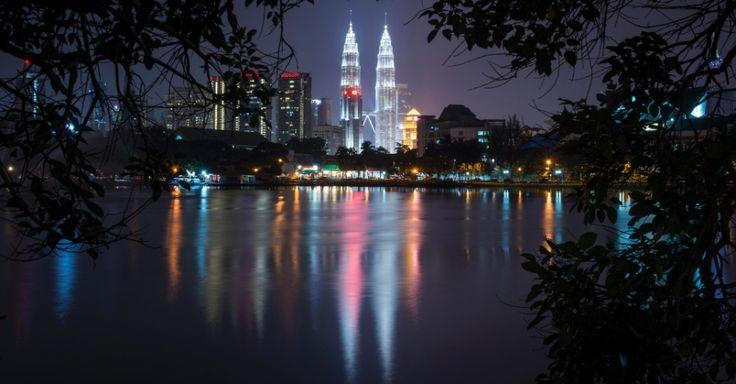 As torres gêmeas Petronas deixam colorida a noite em Kuala Lumpur, na Malásia