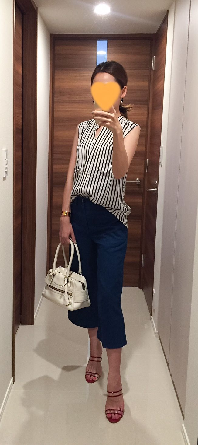 Silk shirt: Ballsey, Denim: ZARA, White bag: J&M DAVIDSON, Red sandals: Manolo Blahnik