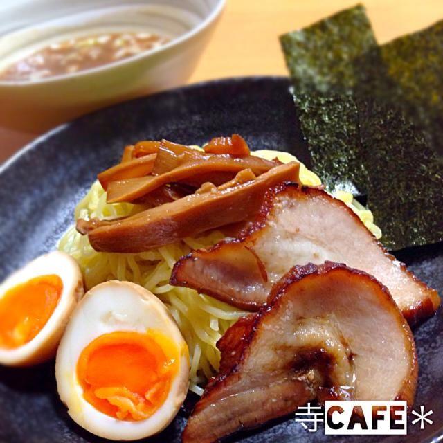 破格の豚バラブロックと、業務用の中華麺、スープを(σ゚д゚)σ ゲッツ!! これは作れと言ってるんだな。ってことで、お家でつけめーん(*≧∀≦)ゞ  日中出かけてたから、炊飯器にお任せチャーシュー♡ ちょっとタレを変えてみたら、ラーメンによく合うようになった♡ - 137件のもぐもぐ - つけ麺♪♪♪ by mayumi3