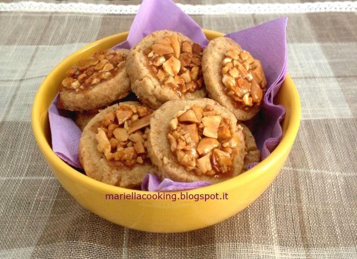 Biscotti di frolla all'olio con caramello salato e arachidi