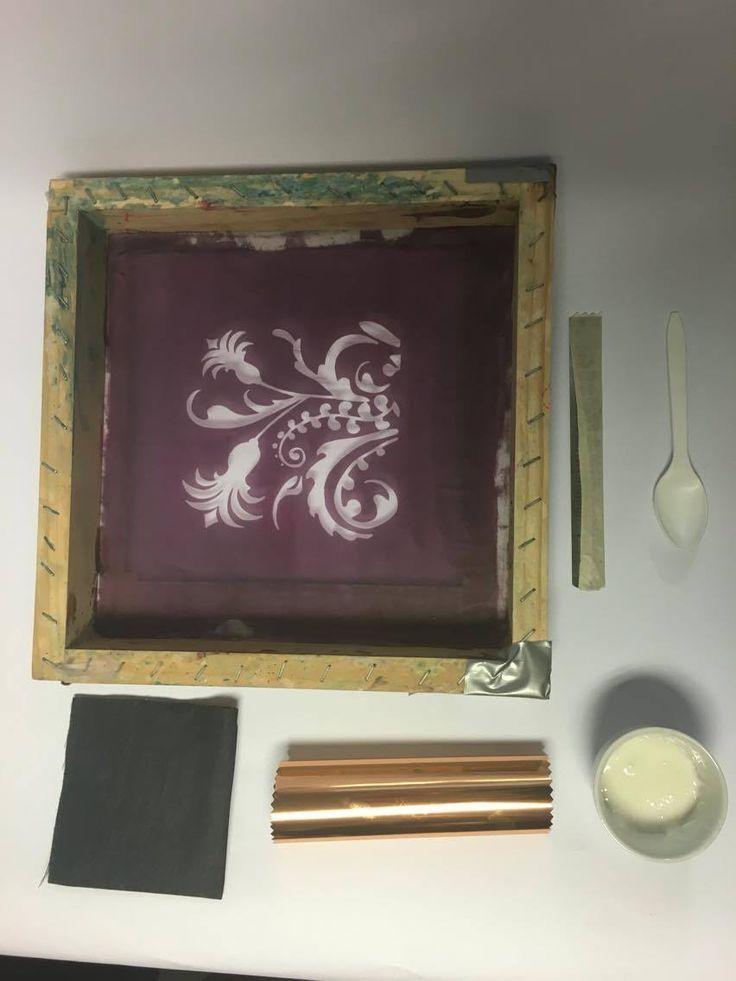 Material TXP Adhesivo Foil 250 (½ kilo) Papel Foil Cobre (2 metros) Shablon Regla plástica 15 cm. Crea cruda (1 metro) Plancha