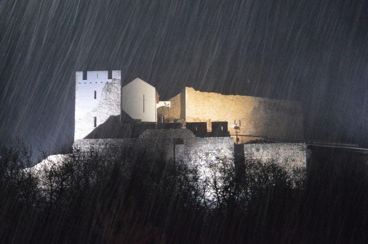 Gáti Erika Hóesésben (Csókakő) December 8-án volt a Szent Donát Borrendünk évzáró vacsorája. Akkor éjszaka a faluban eső esett, viszont a várnál hó. Ezt a pillanatot örökítettem meg. Több kép Erikától: www.facebook.com/erika.gati.3