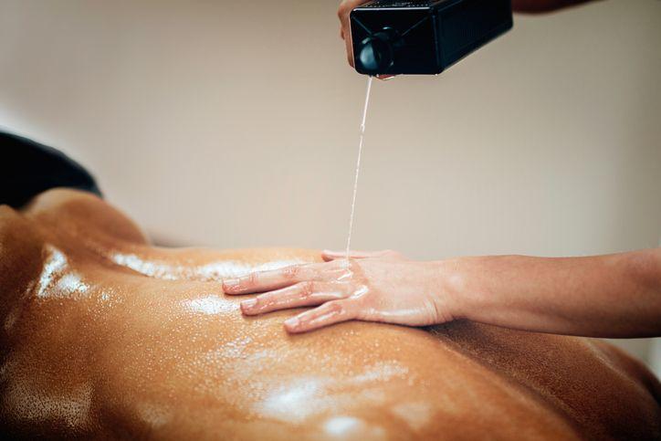 Une huile de massage caliente aux vertus aphrodisiaques - Astuces de grand mère