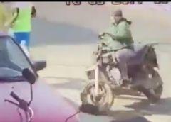 VIDEO: A plena luz del día roba batería de auto