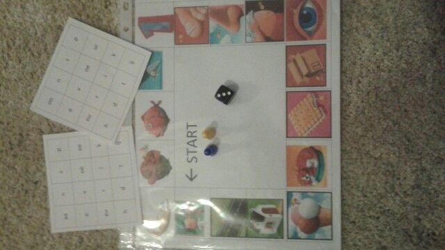 Letterbingo is een taalspel dat je met twee speelt! Dobbel met de dobbelsteen en bekijk het prentje waarop je terecht komt. Heb je letter van dat prentje op je bingokaart dan doorstreep je deze. Degene wie zijn bingokaart het eerste vol heeft roept BINGO en is gewonnen! Dit is eens een andere vorm van bingo voor de leerlingen. Dit idee kan je ook gebruiken voor andere lessen waarin je bingo wil spelen. bijvoorbeeld als je de tafels wil oefenen.
