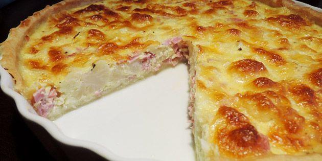 Blomkål og skinke er skønt fyld i en tærte, og det bliver kun ekstra godt af at tilføje en smule ost til.