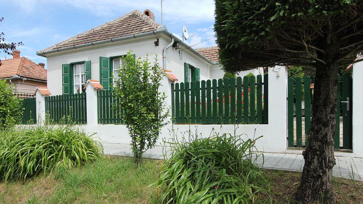 Családi házTradicionális stílus Hévíztől 12 km-re lévő termálfürdő és golfpálya közvetlen közelében, szépen felújított zalai parasztház eladó! - Kód: 1630