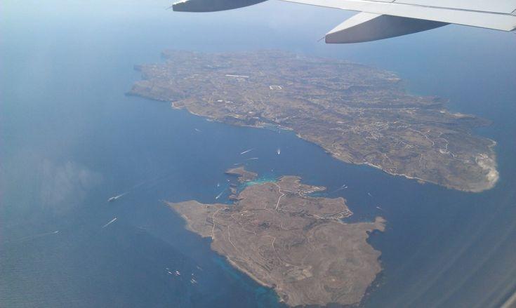Die Inseln Gozo und Comino (mit Blauer Lagune) von oben.