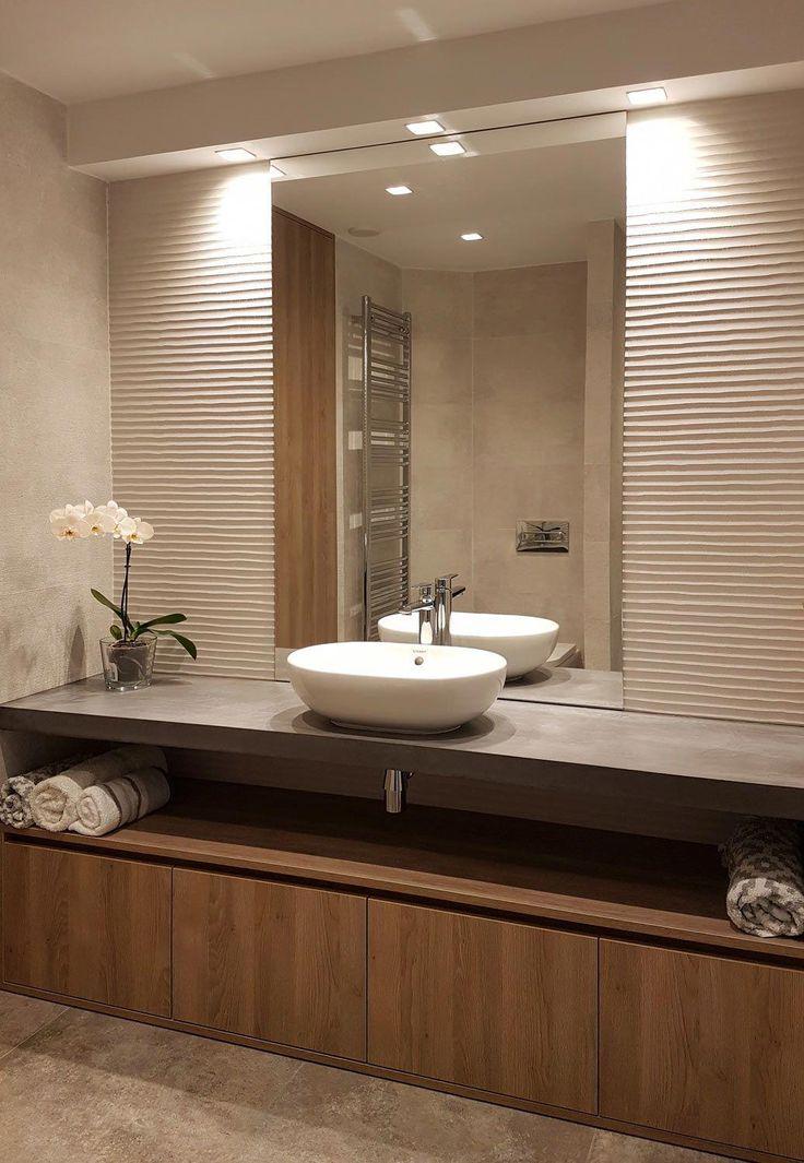 Baño minimalista. Lavabo ovalado sobre encimera. …
