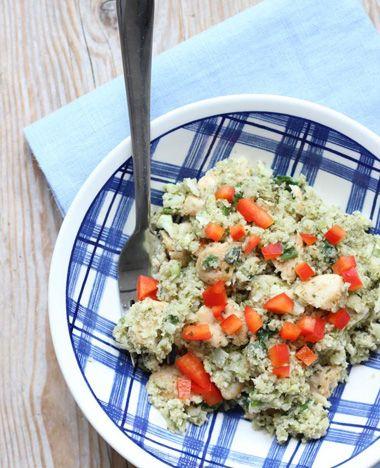 Van bloemkool kan je bloemkoolrijst maken, een gezondere variant van rijst. Voeg er kip, paprika en pesto bij en je hebt een heerlijk gerecht! Dit heb je nodig: Voor 2 personen 500 gram bloemkool 2 eetlepels pesto 1/4 paprika 1-2�