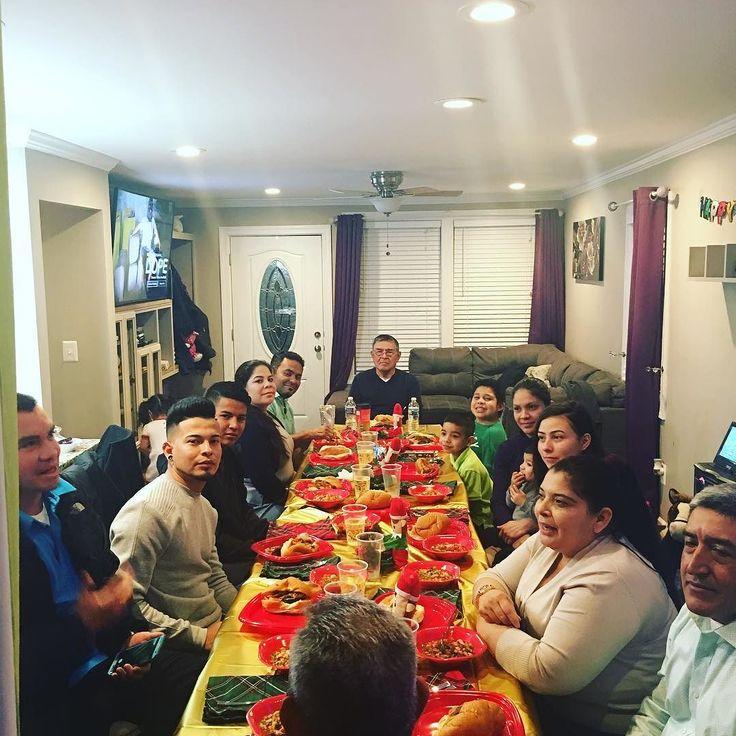 Toda mi familia en casa!!! Muy feliz de compartir con ellos!! Gracias Dios por todo lo q estas haciendo . #merychristmas #cenanavideña #familia #reunidos #amor #nochebuena #regalos #risas #cantos #bendiciones
