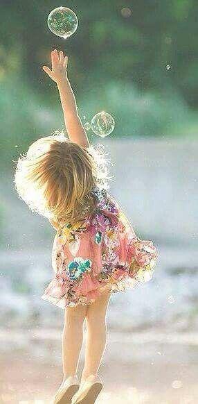 Das Licht auf dieser Aufnahme ist wunderschön! Ihre Haare und diese Blasen … zu süß!