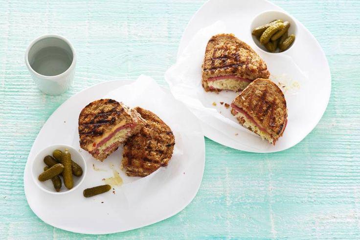Heerlijke winterlunch. Deze warme sandwich met zuurkool, pastrami en gesmolten kaas - Recept - Allerhande