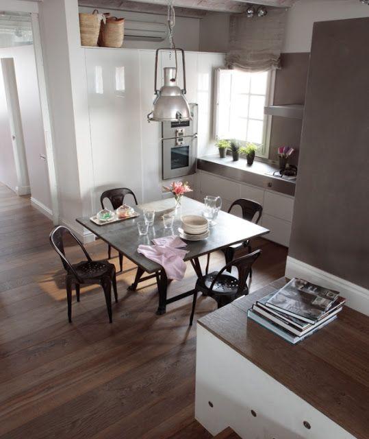 comedor - Un apartamento gris y malva con techo abovedado
