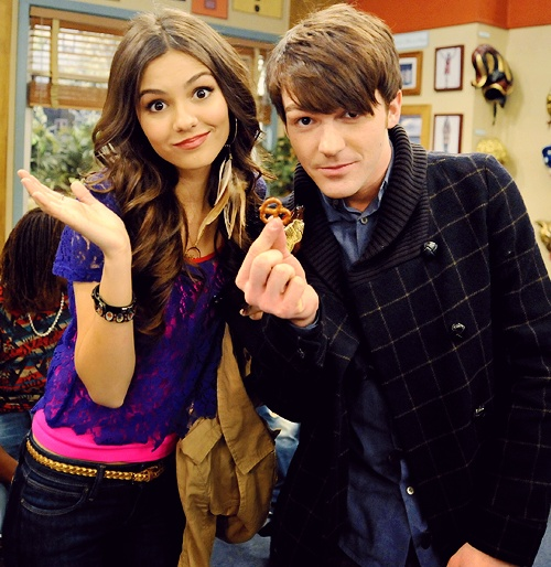 Victoria Justice and Drake Bell (that's a nice pretzel drake)