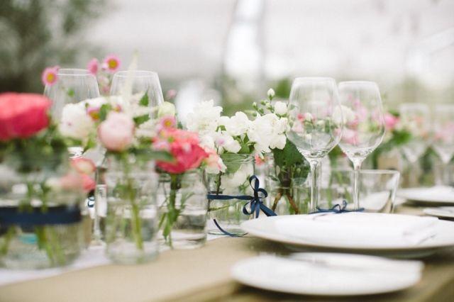 Vrolijke tafeldecoratie met veel glazen en bloemen