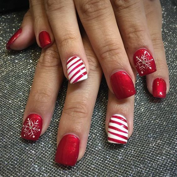 Check out the following nail designs and find an inspiration for your Christmas nail design. And celebrate now with Christmas-themed manicures.