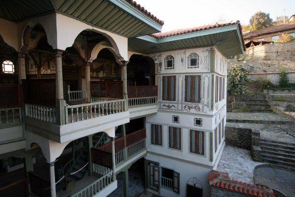 Çakırağa konağı/Ödemiş/İzmir/// Ahşap Türk evlerinin en güzel örneklerinden olan Konak, çiçeklerle bezeli bahçenin ucunda, yoldan görülmeyecek şekilde yüksek duvarlarla korunmakta, 1761 yılında zengin bir tüccar olan Çakıroğlu Mehmet Bey tarafından yaptırılan konak üç katlı.