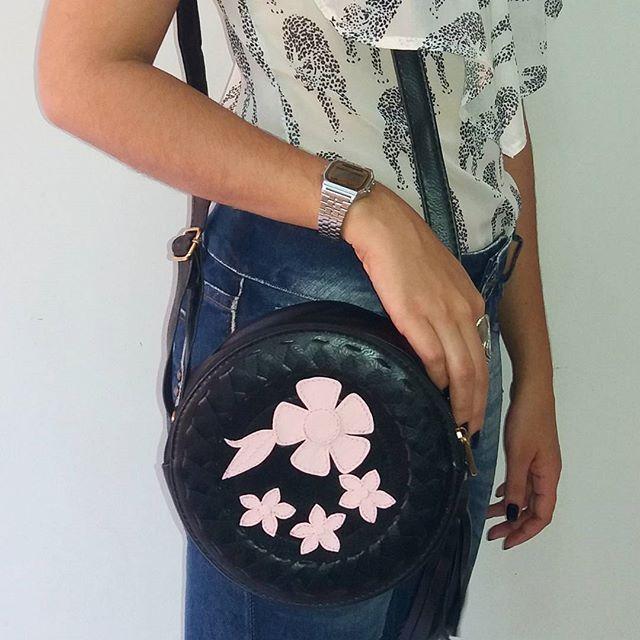 Mais uma novidade para o dia das mães, bolsa redonda com flores. E aproveite a super promoção, R$79,99 com frete grátis para todo o Brasil! Corra pois a promoção é por tempo limitado!   Loja virtual ✔WWE.DEOLIATELIER.COM.BR  ✔Whastapp (21)991169407  #deoliatelier #bolsadodia #lookdodia #bolsas #designdemoda #lojadebolsas #bolsaredonda #fretegratis #dicasdemoda #bolsasfemininas #bolsasdeoliatelier #moda