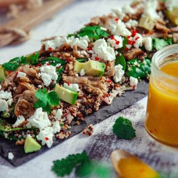 Quinoasallad med oumph, fetaost, avokado och het mangodressing - Recept - Tasteline