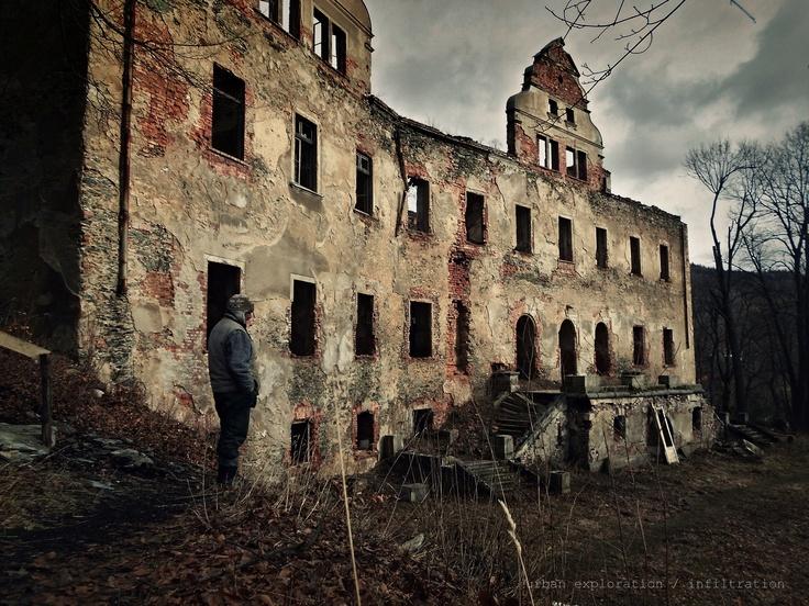 opuštěný zámek v Polsku i s panem hlídačem, má rád český pivo a to místo je opravdu kouzelný i když prochází rekonstrukcí.. / abandoned castle, built about 15. - 16. century, Poland urbex