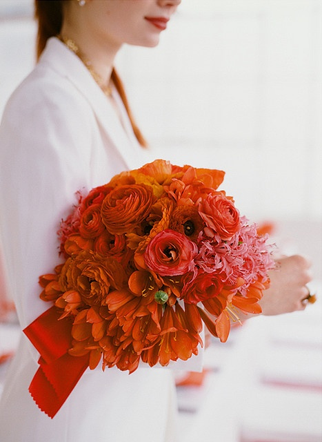 one color theme/different flowers gives variety of textures/nuances to color = gorgeous.