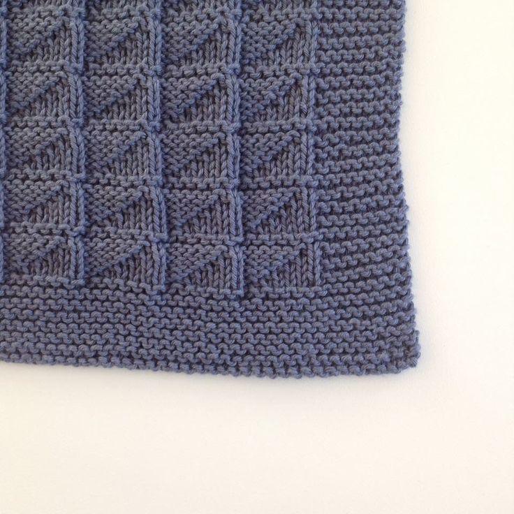 Mønster på det mørkeblå håndklæde: Mønsteret går over 8 pinde, ser stort set ens ud på begge sider. Antal masker skal være deleligt med 7 - i opskriften nedenfor gentages fra * til * pinden ud. Man må selv lægge det ønskede maskeantal oveni til retkanter. 1. pind: *6r 1v* 2. pind: *2r 5v* 3. pind: *4r 3v* 4. pind: som 3. pind 5. pind: som 2. pind 6. pind: som 1. pind 7. pind: r 8. pind: r