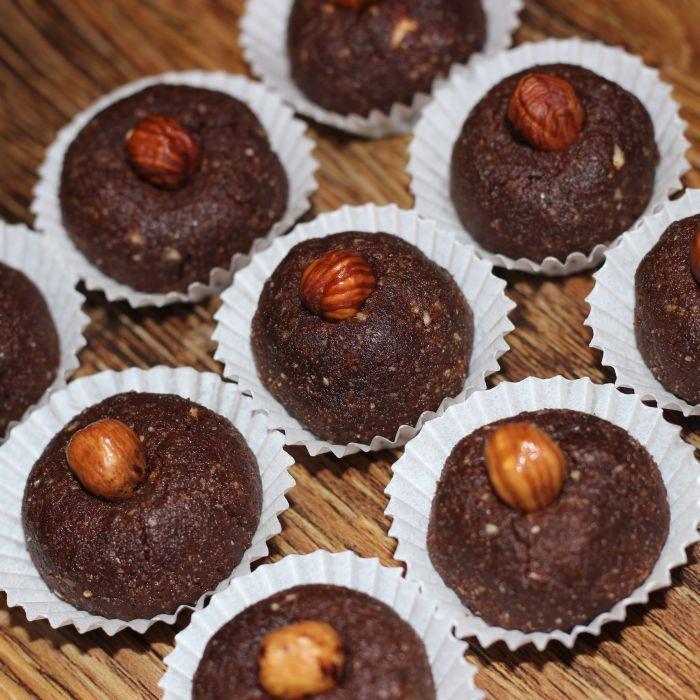 Čokoládoví RAW černoušci -  jedná se o cukroví, které vyniká svou výraznou nahořklou chutí pravého nepraženého kakaa. Výtečně se hodí ke svátečnímu čaji. Fajne jidlo přeje chutný den :)