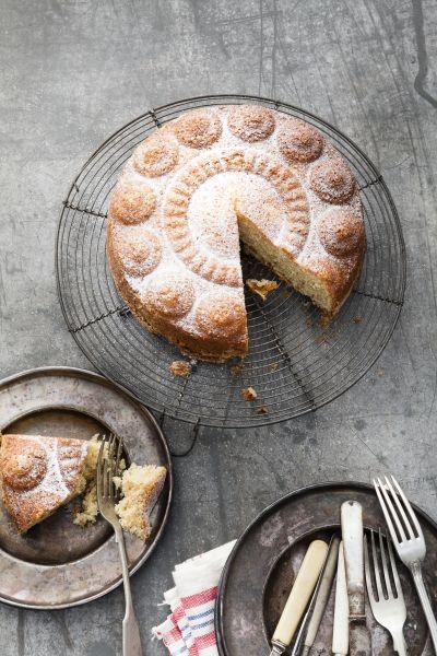 Bitterkoekjes en anijs zijn de meest bijzondere ingrediënten in deze cake. Het zijn ook de kenmerkende smaken van een echt traditioneel Zeeuws toetje: de Cadzandse boerenpudding (Kezanse boerepottienk). Het is een romige pudding die traditioneel alleen bij speciale gelegenheden op tafel kwam. De Zeeuwse knoop vorm is te koop via www.zeeuwseknop.nl Op de site vindt u verkooppunten … (Lees verder…)