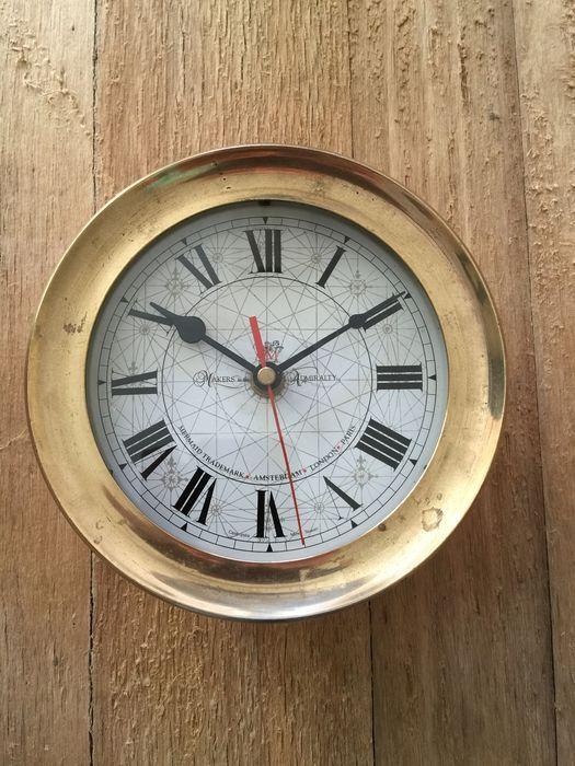 Makers to the Admiralty Quartz Ship's Bell Clock brass  De schroef bezel biedt gemakkelijke toegang tot de Duitse quartz klok beweging en geluiddemper schakelaar wanneer het toestel is gemonteerd. De klok behuizing is gemaakt van massief gesmeed dat is met de hand gepolijst en foutloos gelakt. Deze kwarts schepen bel klok is een mooie aanvulling op uw boot bij montage aan het schot of voor een kantoor of thuis. De maten van de klok zijn; Diameter 18 cm Diepte 8 cm.  EUR 25.00  Meer…