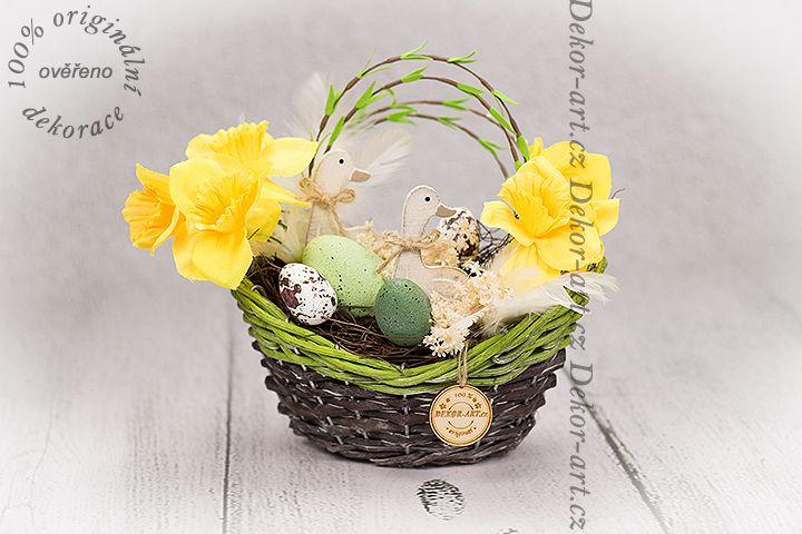 #Jarní proutěný košík s vajíčky a narcisy.