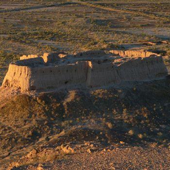 Les châteaux du désert de l'ancienne Khorezm en Ouzbékistan : les châteaux du désert de l'ancienne Khorezm sont situés le long des nombreux affluents du fleuve Amou-Daria, dans les sablonneuses plaines du centre de l'Ouzbékistan. Elles ont été fondées en bois et en terre crue de la région, ce qui a permis la réalisation de murs massifs, portes, tours et autres détails architecturaux comme des couloirs voûtés et des niches décoratives.