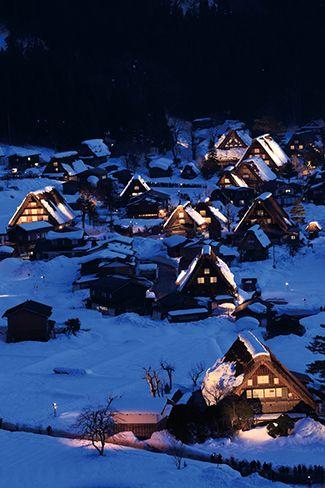 白川郷ライトアップ 厳かな雰囲気に包まれる世界遺産の合掌集落。