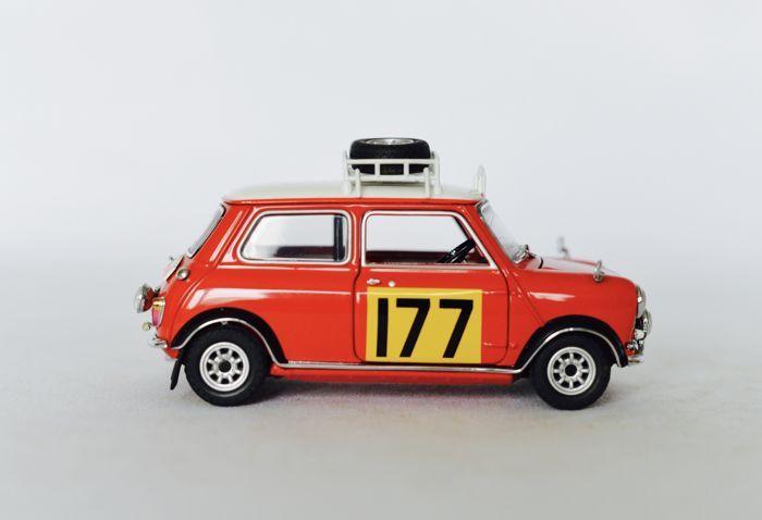 Franklin Mint - schaal 1/24 - Morris Mini Cooper S Rallye Edition 1967  Dit is een mooie Franklin Mint Diecast 1967 Morris Mini Cooper S rally EditionFranklin Mint bracht ook de Mini 1967 in de straat modus. De kleine 1:24 Maquette heeft een volledige opschorting en de volledige motor detaillering. De bagagevloer verwijdert zelfs te onthullen van het reservewiel. De editie van de rally van dit model wordt ijsvorming toegevoegd aan een reeds zoete taart. Het komt met alle platen badges en…