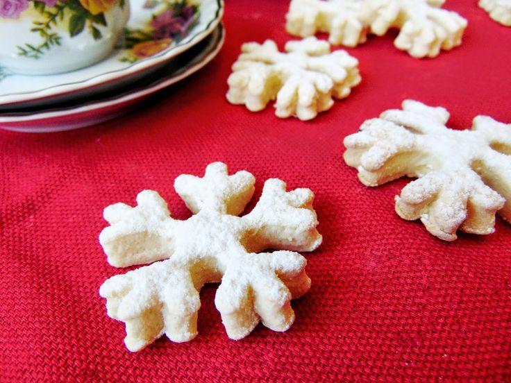 Biscuiti fulg de nea de post Pentru că suntem în postul Crăciunului, m-am gândit să ofer o reţetă şi celor care ţin post şi care au poftă de ceva dulce: nişte biscuiţi dulci, aromaţi şi crocanţi, numai buni să ne alinte într-o zi de decembrie   IngredienteBiscuiti fulg de nea de post: • 250... Read More
