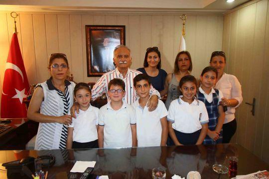 """Öğrenciler, """"Yerel yönetimler"""" konulu ödevleri kapsamında Başkan Karabağ'a farklı sorular yönetti."""