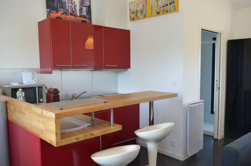 Studio Moderne Aménagement Architecte Talence Located in Talence, this apartment features free WiFi. The unit is 2.3 km from Kedge Business School.  There is a dining area and a kitchen complete with a microwave and a toaster. A TV is offered.  Mérignac Airport is 9 km from the property.