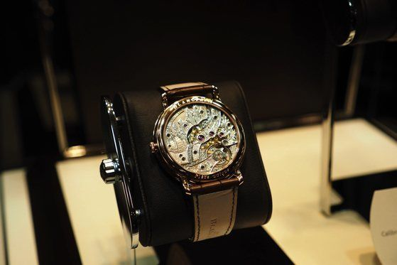 Hand engraved caseback with decoration of Ha Long Bay in Vietnam