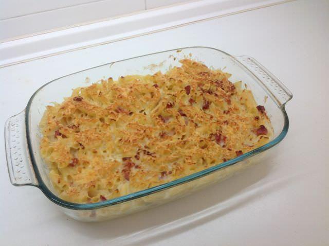 Macarrones con salsa bechamel y jamón cocido. Una delicia no apta para dietas
