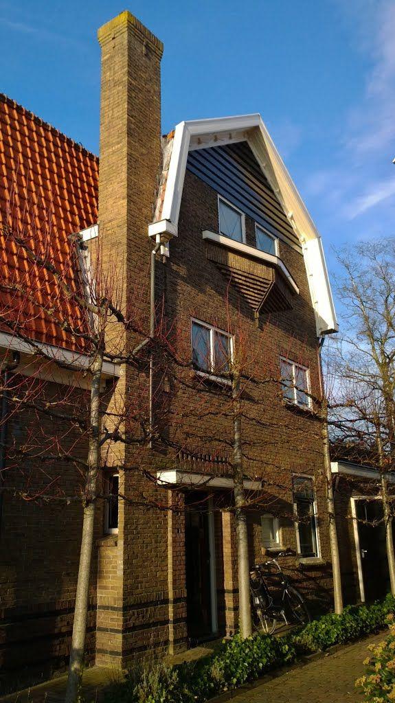 """Architectuur in de stijl van de """"Amsterdamse School"""" ook wel """"Zakelijk Expressionisme"""" genoemd, in de Oosterhoutstraat en de Parkstraat in Assen, ontworpen door architect Yvo Dirk Havermans (1888-1945) in opdracht van de Rijks Ambtenaren Woningbouw Stichting."""