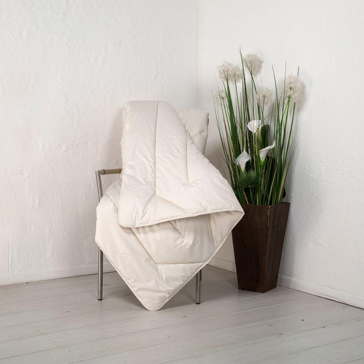 """Die Leicht-Bettdecke """"Java"""" ist eine extraleichte Kombination für optimale Wärme-Regulierung. Schafschurwolle ist temperaturausgleichend. Zusammen mit der äußerst leichten Kapok-Faser bekommt man eine schöne Bettdecke für den Sommer."""