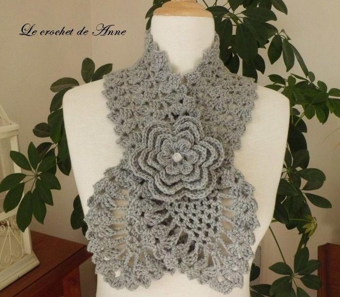 echarpe en gris clair   orn u00e9e d u0026 39 une fleur broche     echarpe  foulard  cravate par le